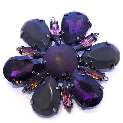 Applicazione con pietre viola scuro
