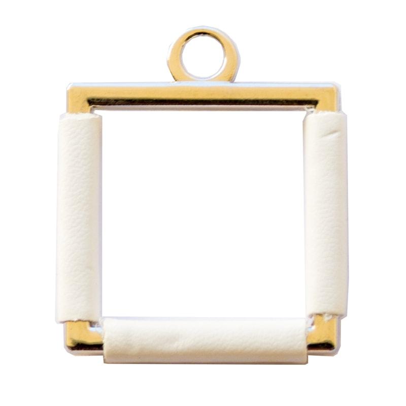Applicazione quadrata dorata in pelle bianca